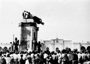 Demonstrators tear down statue of Reza Shah in Tehran's main square. (Source)
